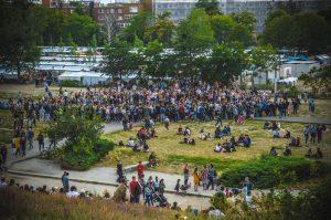 parco pieno di gente a berlino