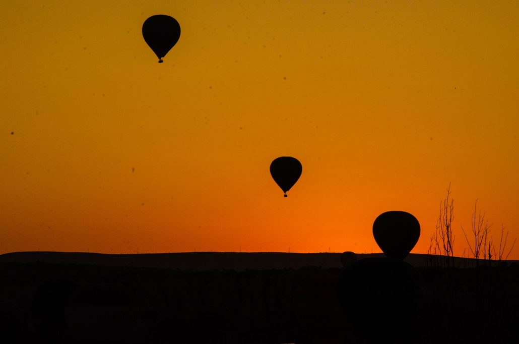 cielo all'alba con mongolfiere in cappadocia