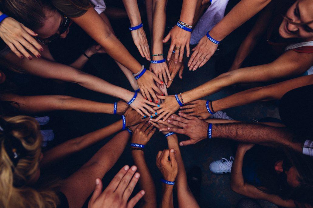 mani unite al centro
