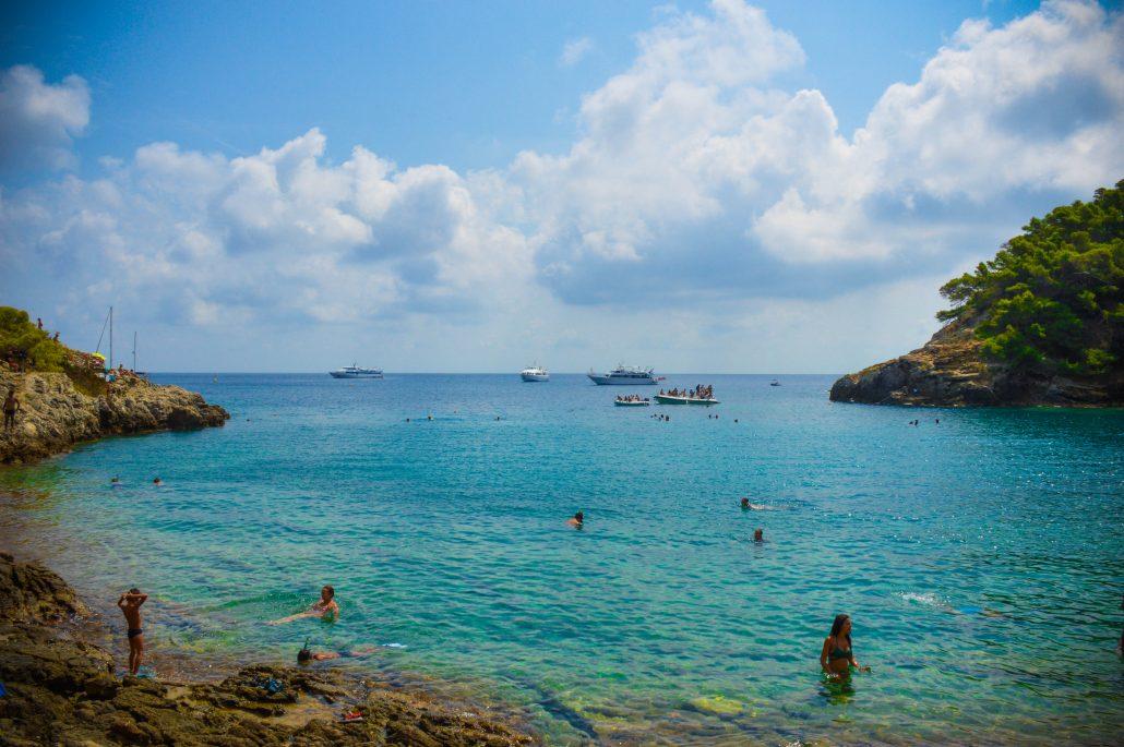cala con acqua turchese sulle isole tremiti