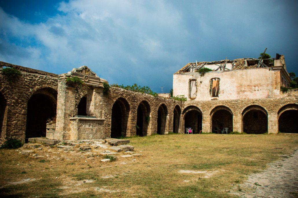 chiostro abbazia santa maria a mare