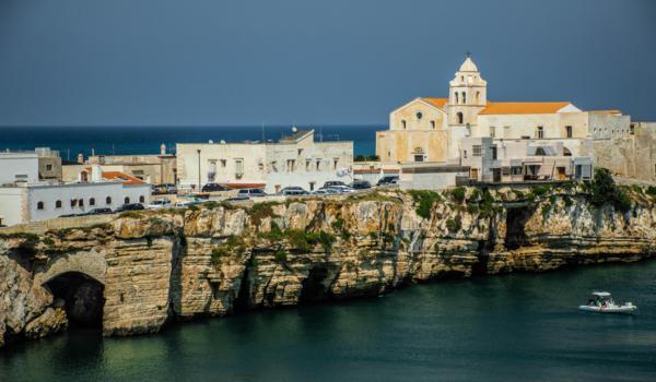 vieste borgo case costa sul mare