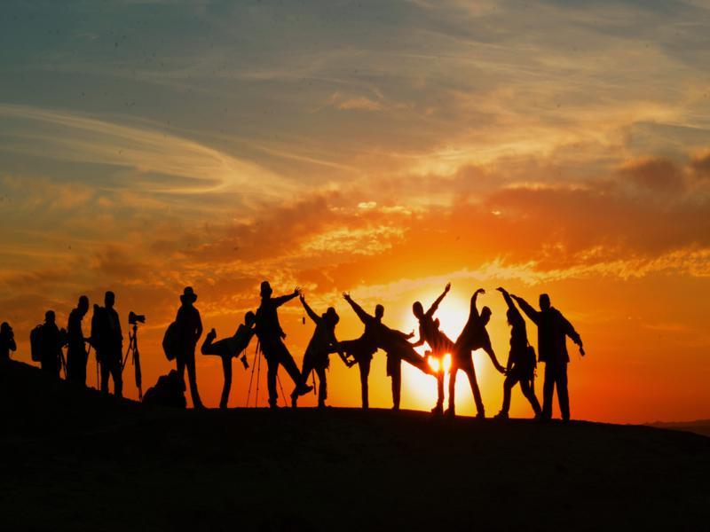 gruppo di persone al tramonto effetto silhouette