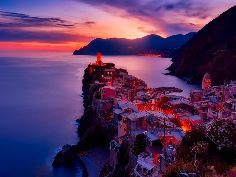 tramonto città sul mare illuminata acqua del mare con effetto seta