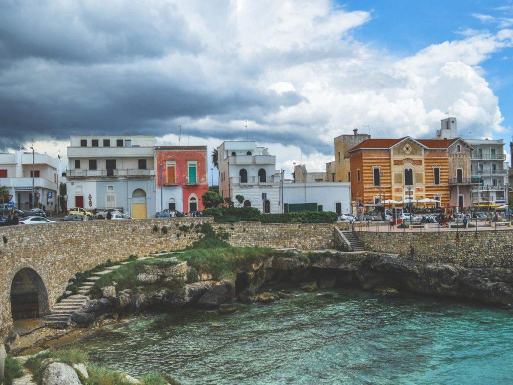 Santa maria al bagno cielo nuvoloso, mare turchese, case colorate sullo sfondo