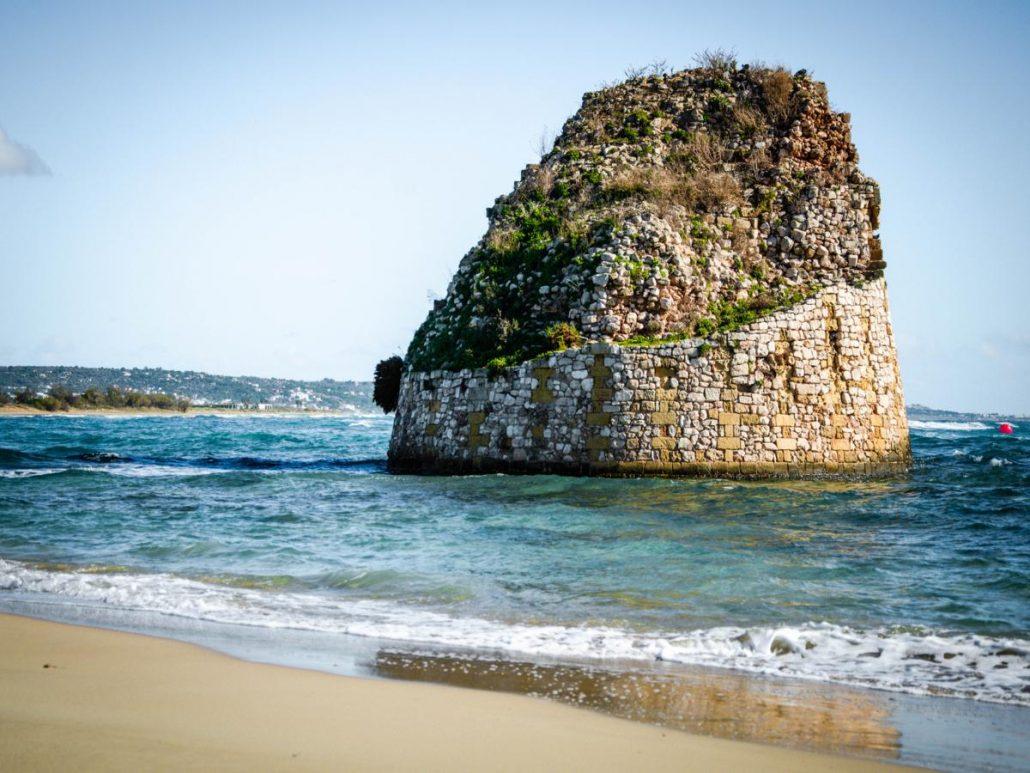 torre pali in mezzo al mare mosso
