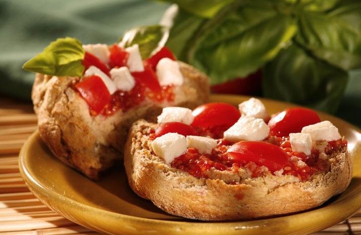 frisa salentina con pomodoro e mozzarella
