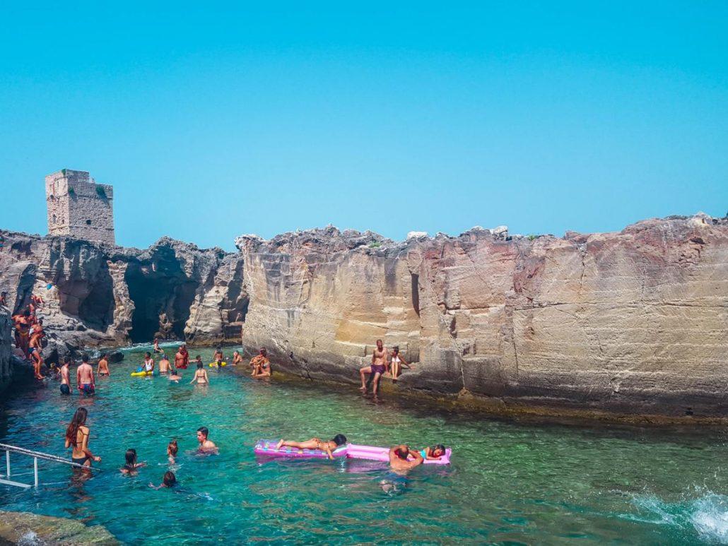 mare in salento, marina serra piscina naturale. torre con roccia circostante e acqua limpida