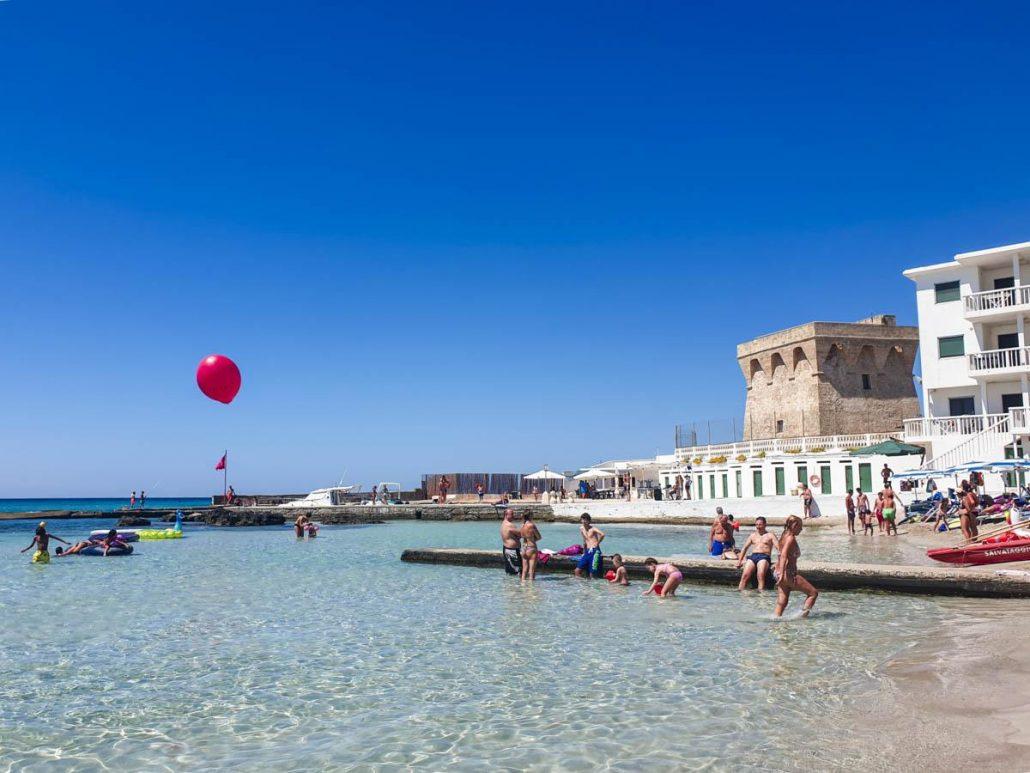 spiaggia della purità di gallipoli, acqua limpida e cristallina, cielo azzurro