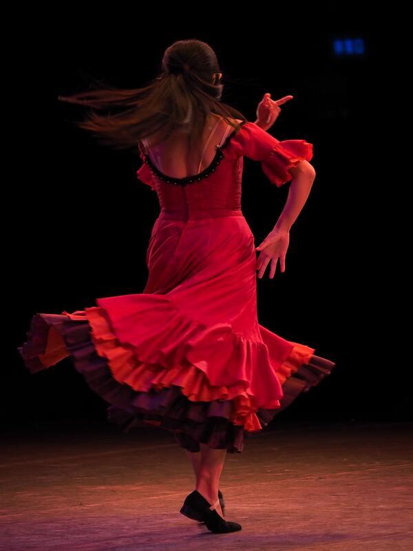 donna di spalle che balla il flamenco con abito rosso