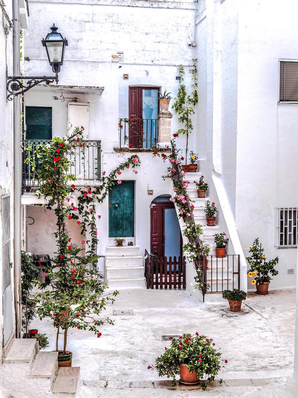 grottaglie centro storico case bianche con piante e fiori borghi in puglia