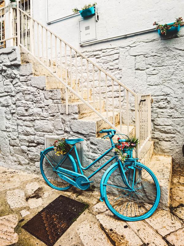 bici azzurra poggiata al muro