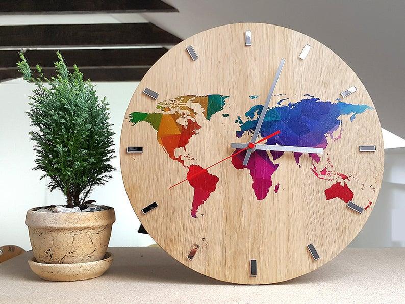 orologio da parete con mappa del mondo colorata