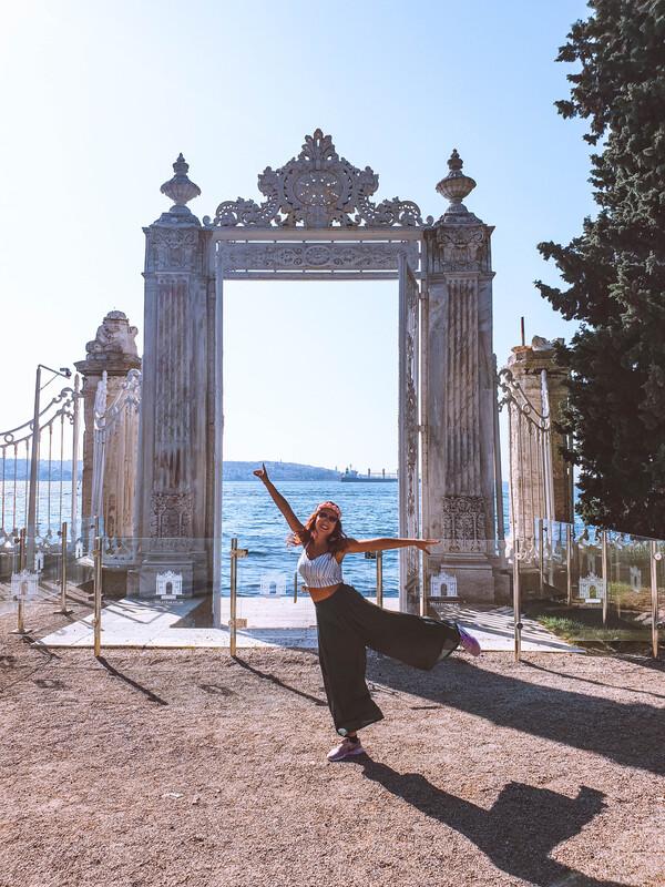 Palazzo-Dolmabahce-e-ragazza porta sul bosforo
