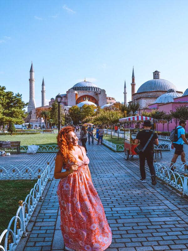 ragazza in primo piano con esterno di santa sofia istanbul