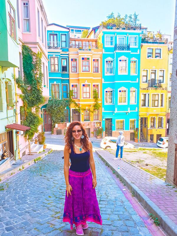 ragazza in primo piano con case colorate quartiere balat sullo sfondo