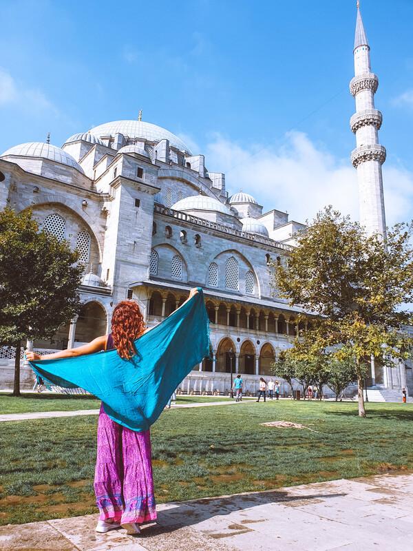 moschea di solimano giardino ragazza di spalle