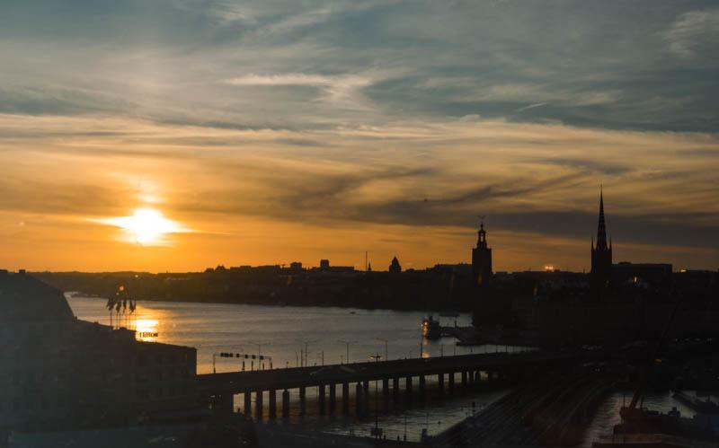 vista di stoccolma dall'alto al tramonto dal ristorante gondolen