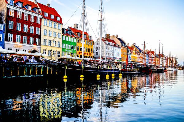 nyhavn case colorate riflessi nei canali
