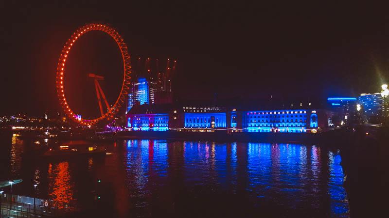 london eye di sera illuminato