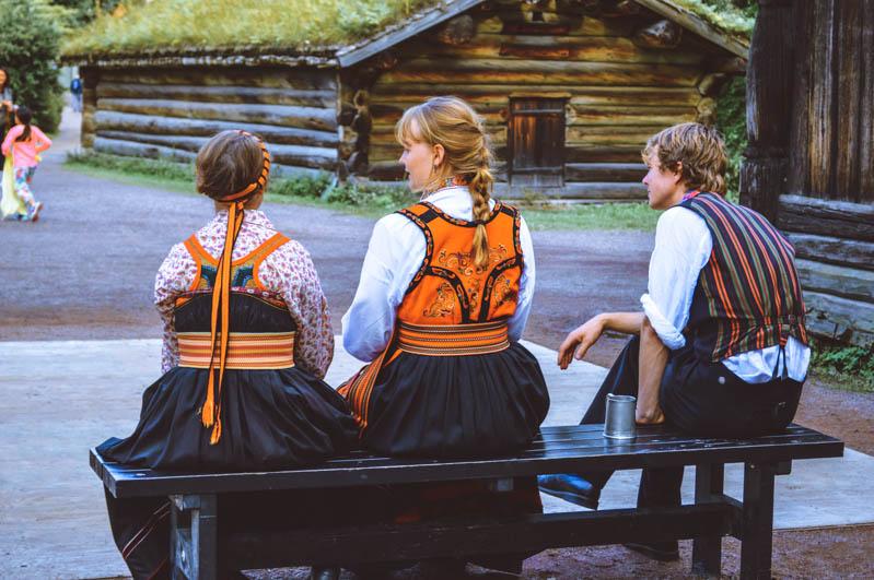 donne e uomo seduti su una panchina di spalle nel museo nordico di oslo