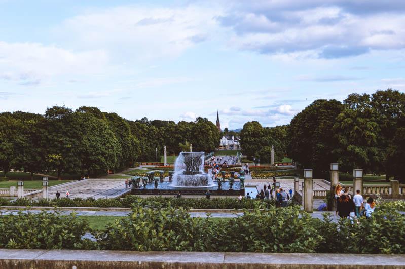 vista sul parco vigeland con aree verdi e fontane