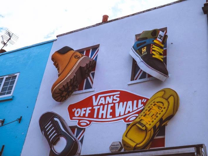 camden town negozio scarpe sul muro