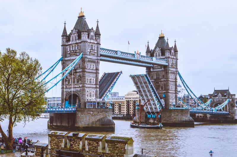 tower bridge ponte aperto