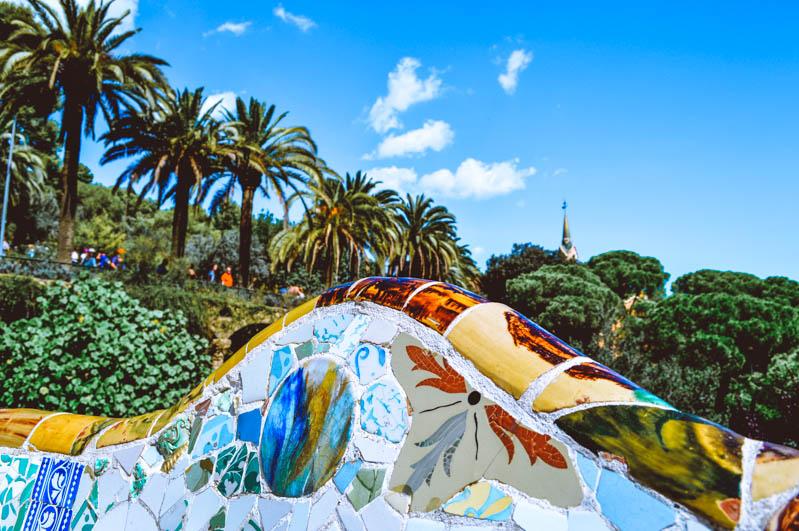 weekend a barcellona, sedile colorato e vista di park guell