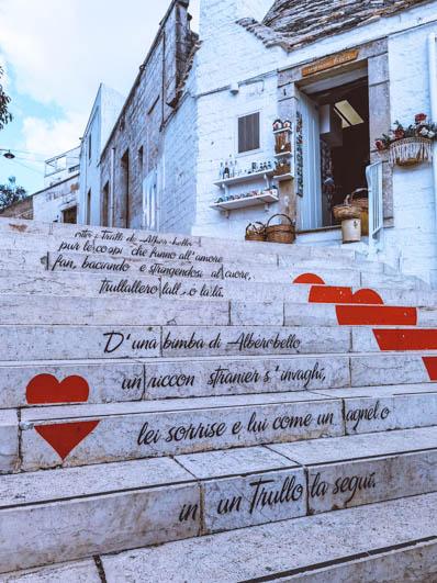 scalinata per salire in piazza ad alberobello